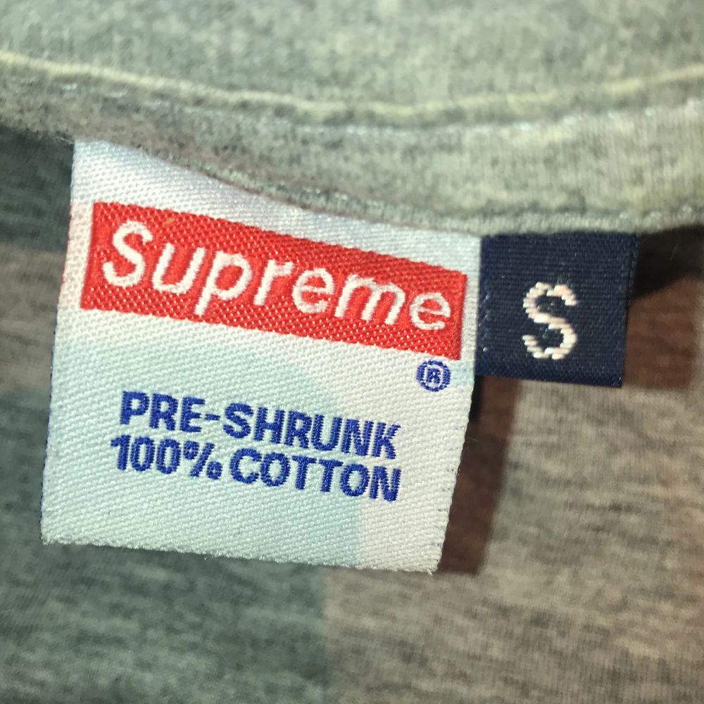 Fake supreme t-shirt! Nästintill oanvänd🙌 pris går att diskutera men 130kr + frakt(40kr) 💕. T-shirts.