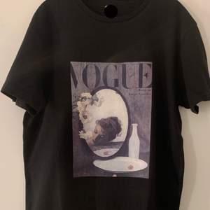 Egen designad T-shirt  av en kund. Vill du också designa en T-shirt  med valfritt tryck eller kanske samma så har du kommit till rätt ställe. Storleken är M- herr. Men kan också användas om man är Xs eller S så den sitter oversize. Fraktar runt hela Sverige.