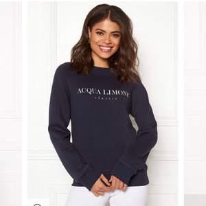 Mörkblå Acqualimone tröja i stl S , Använd 2-3 ggr så i fint skick. Frakt ingår inte i priset