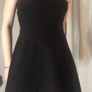 Fin svart mini off shoulder klänning men fint mönster🐊