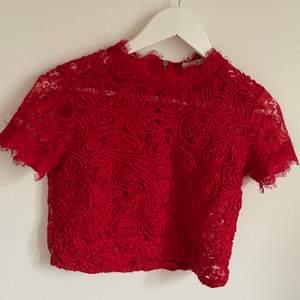 Spets tröja från zara i rött. Fint skick, inte söner nånstans. Använd ett fåtal gånger!