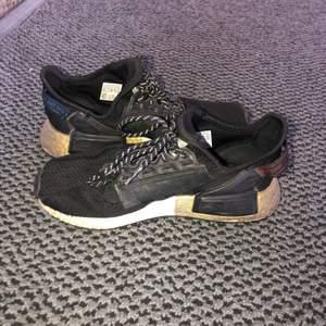Jättesköna skor. Väldigt bra kvalite då jag har använt dem mycket och dem fortfarande är fräscha. Frakt 70kr. Budgivning börjar vid 100kr