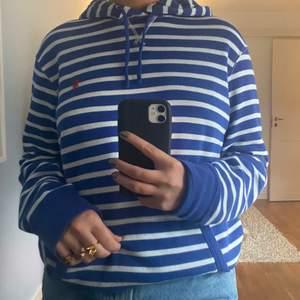 Säljer denna supermysiga och sjukt fina stickade hoodie från Ralph Lauren i fint skick! Hör av dig vid intresse!💓💓