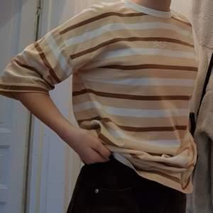 Härligt stor t-shirt från boohoo, köpt secondhand. Kan användas med en knut eller ingen. Superskön kvalité! Är en bra tajt hals, så den är inte uttänjd vilket är plus!Använd men inga slitningar, finfint skick! Sitter olika på olika kroppsformer, själv har jag s. Andra bilden ser man hur den sitter på✨ Står strl 10 i den. Liten text där det står 100% Real. Dm för frågor elr fler foton!