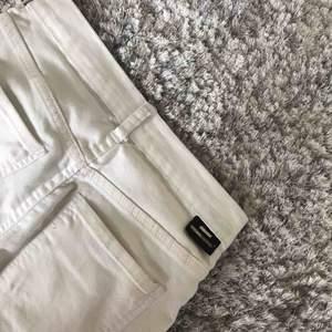 Oanvända högmidjade vita jeans i storlek S ifrån dr denim. Skickas med postnord 55 kr