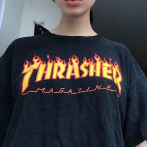 Thrasher t-shirt strl XL. Köpt på Hollywood för 400kr säljer för 250kr! (Frakt tillkommer) Hmu vid intresse!