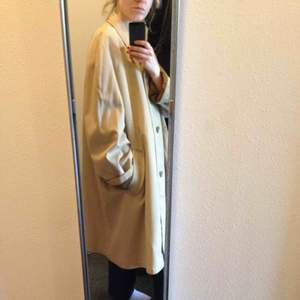 Jättefin kappa som tyvärr är lite för bred för mina axlar.  Köpare står för frakt, 70 kr