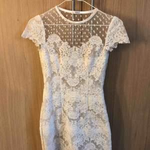 Säljer min Ida Sjöstedt klänning. Är i nyskick använt en gång på studenten. Ny pris 3000kr