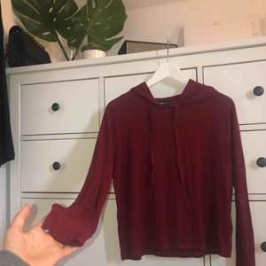 Vin röd tröja med luva || väldigt tunnt och skönt material || storlek S || säljer för 50kr + frakt