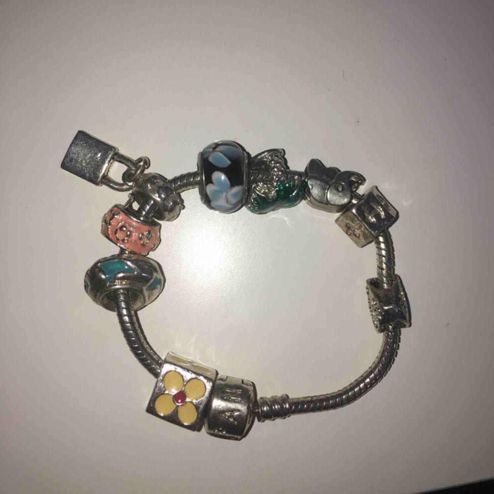 Armband från Pandora fick i present för några år sen. Aldrig använt. Kostar ca. 2000 kr om inte mer i nypris. Den är silverstämplad. . Accessoarer.