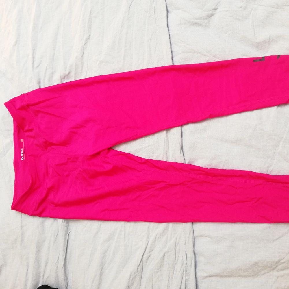 Träningstights från Soc i magisk cerise-rosa färg. Egentligen barnstorlek men passar en small 😊. Jeans & Byxor.