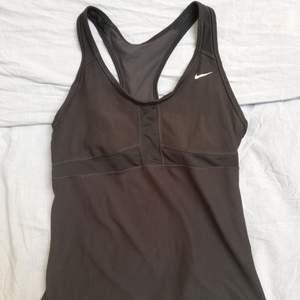 Träningslinne från Nike med inbyggd sporttopp. Dryfit. Riktigt bra stöd för bysten. Använd men bra skick.