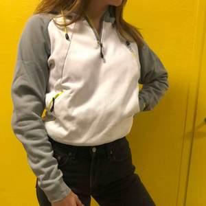Vit och grå vintage sweatshirt från Nike med gröngula detaljer! Skön att ha sommarkvällar för den som vill ha en lite sportig och chill touch med sina shorts tex. Snygg att ha med sneakers elr typ dr martens och Levis 🤗🤗