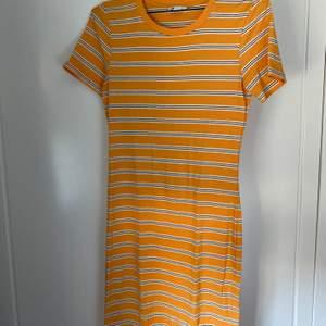 Gul, randig klänning från Cubus. Passformen är tight och den slutar en liten bit ovanför knäna på mig som är 1,75 lång! Kommer ej till användning och är sparsamt använd, säljer för 75 kr exkl. frakt som tillkommer!