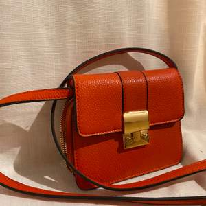 Handväska med rem ifrån Åhléns. Orange snygg färg, och massa fack inuti. Köpt för 500 aldrig använd.