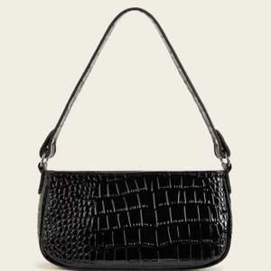 En svart krokodil axel väska som jag har haft i ungefär tre månader nu. Säljer på grund av att jag inte använder den längre. Om någon är intresserad är det bara att skriva eller buda om det är fler som är intresserade😻❤️