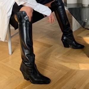 Säljer mina älskade boots från &OtherStories stl 37. 100% läder, 8cm hög klack. Omklackade och sparsamt använda! Finns fortfarande kvar på hemsidan (för fler bilder och beskrivning av skon). Nypris 2450kr - säljer mina för 1500kr