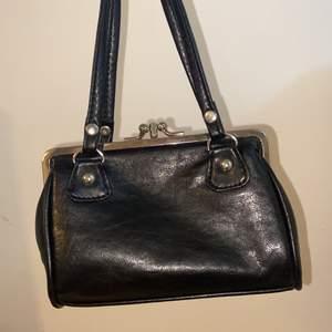 En liten väska med tre fack. Oanvänd