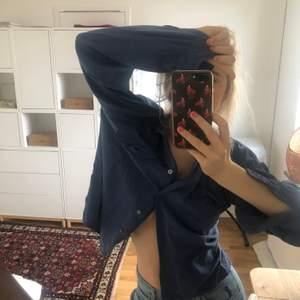 Mellanblå skjorta i 100% silk. Storlek M men passar XS-L beroende på önskad passform. Jag är 173cm och när vanligtvis S. Luftig och bekväm.