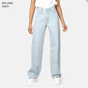 Snygga jeans från Junkyard. Uppsydda typ 2 cm. Kontakta för egna bilder 💘