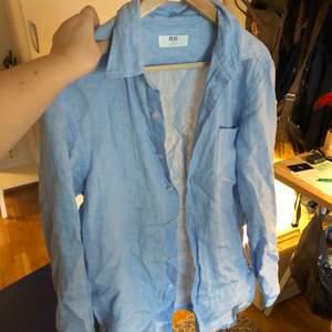Ljusblå skjorta i herrmodell men som kan användas av alla