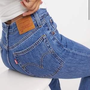 """knappt använda levis jeans! liknar 501 i modellen men kallas """"dad jeans straight leg"""" köpta på UO i Amsterdam! passar en XS/S (26-27) i midjan, i längden från 165-170cm! 🐻🐻🐻 originalrpris: 1100kr 🌿 HÖGSTA BUD: 300kr+frakt, buda privat!!"""