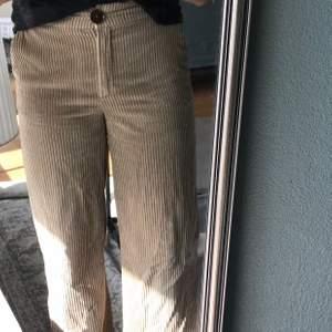 Långa beiga Manchester byxor från Mango, jag är ca 1,80 cm och dom är långa på mig. Jag skulle säga att byxorna är i ett använt/ bra skick! Kan skickas, köpare står för frakt