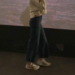 Blå flare jeans med liten midja. Tycker verkligen om dem, tyvärr för små för mig 💙