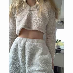 HELT NY !! Mysigaste Teddy-tröjan från Missguided.🥺 Den är väldigt croppad! Nypris var ca 360kr