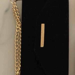 Iphone 8 plus skal från ideal of sweden frakten ingår i priset annars så finns den u Västerås att hämta  Mayfair Clutch Velvet