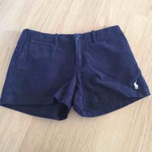 Helt oanvända Ralph Lauren shorts! Märket finns på vänstra sidan längst ner. Storleken är 2 och är ungefär som S.   Bud från 190kr  Frakt tillkommer.