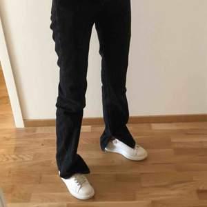 Svarta jeans med slits från Pull&Bear, liknar dom populära från Zara! Storlek 32 men skulle passa en 34/liten 36a också tror jag. Jag är 168cm och dom är långa på mig, buda💕 möts upp i Stockholm och står inte för frakt!