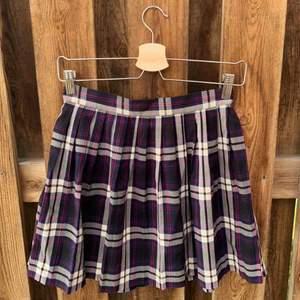 Jättesöt rutig kjol från Monki i storlek 36! Säljer den för att jag vuxit ur den!   Frakten ligger på 44kr och betalas av köparen💫
