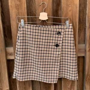 Jättefin rutig kjol från H&M! Säljer den för att den är lite liten för mig!   Frakten ligger på 44kr och betalas av köparen💫