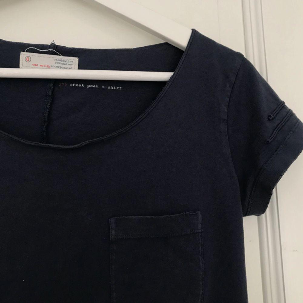 Säljer en mycket stilren och snygg t-shirt från Odd Molly. I väldigt fint skick då den tyvärr inte använts så mycket därav säljer jag den.  Köptes på Nk i Göteborg för över 500kr  . T-shirts.