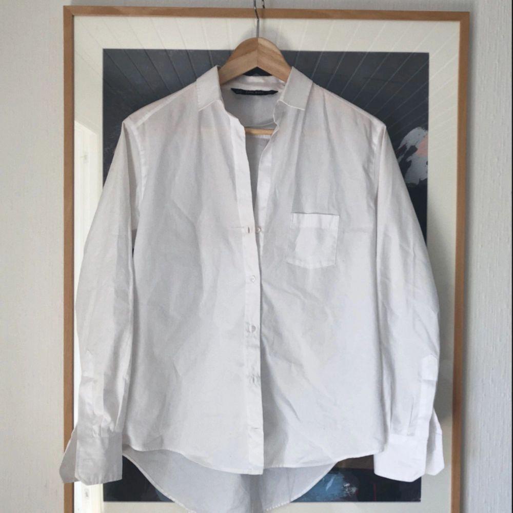 Den perfekta vita skjortan! Snygg passform och lagom sval att ha i sommar. Möts ej upp, skickar endast, men frakten ingår i priset!. Skjortor.