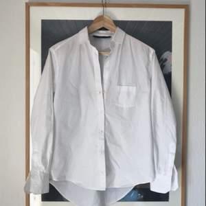 Den perfekta vita skjortan! Snygg passform och lagom sval att ha i sommar. Möts ej upp, skickar endast, men frakten ingår i priset!