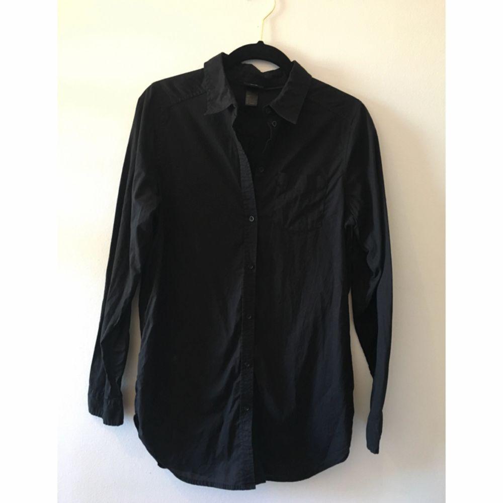 Vanlig svart skjorta, snygg passform. Skjortor.