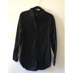 Vanlig svart skjorta, snygg passform