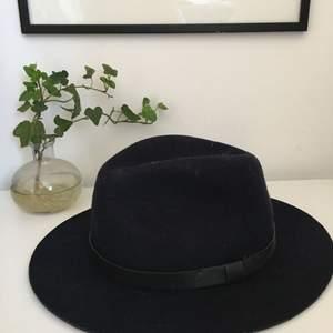 Mörkblå Stilren hatt använd 5ggr i storlek M.  Frakt 35kr eller hämtas i Stockholm, slussen