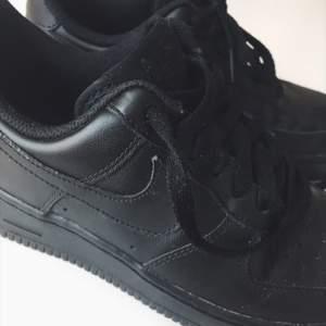 Helt oanvända svarta Nike air force sneakers 👟👟 köpare står för frakt eller möts i Gbg