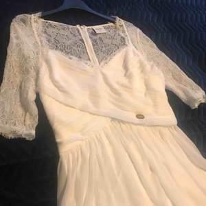 Fin vit klänning som passar perfekt till konfirmationen eller studenten! Använd två gånger! Köparen står för frakten