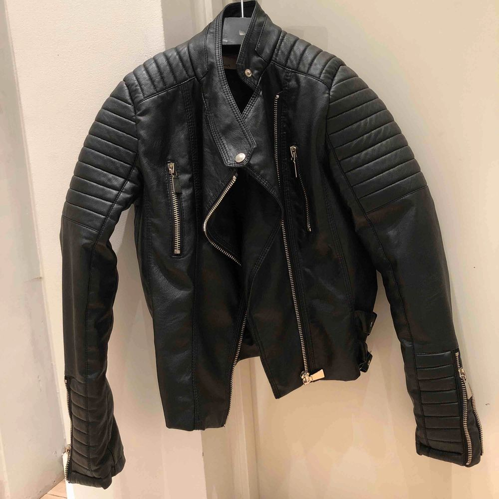 En svart moto jacket från chiquelle riktigt bra skick. Använd fåtal gånger.. Jackor.