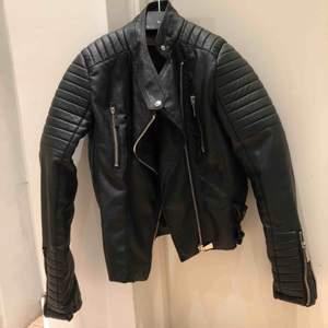 En svart moto jacket från chiquelle riktigt bra skick. Använd fåtal gånger.