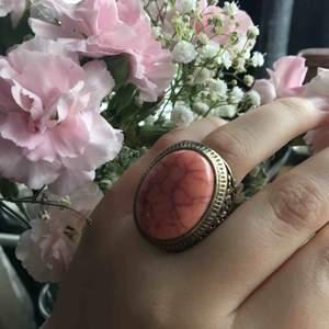 Unik ring som är för stor för mig därför säljs den... frakt tillkommer på 20 kr pga tyngden... är prutbar🌸🌸