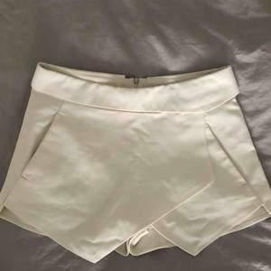 Vita skorts från Zara i storlek XS. Två fickor på sidorna. Inga fläckar, jättefina!  Obs, shorts som ser ut som kjol på framsidan