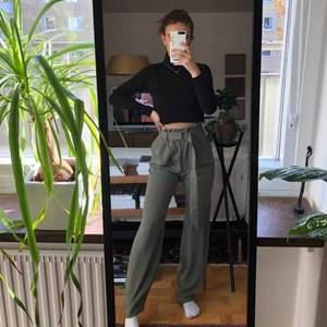 Snygga raka byxor, helt nya med lapp kvar💕 Passar enligt mig både xs & s. Köpare står för frakt men kan också mötas upp i Linköping ⚡️