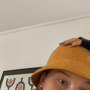 Kangol hatt strl. M i Bermuda Casual modellen 💕 Senapsgul färg, superfint skick! 700kr i nypris, säljer för 400kr