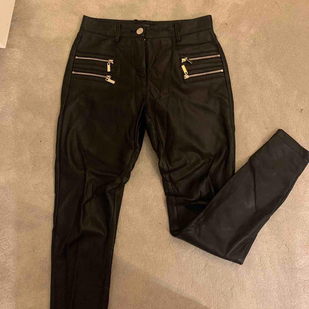 Säljer tyvärr mina älskade skinnbyxor då dom inte längre passar. Dom sitter tight😍. Jeans & Byxor.