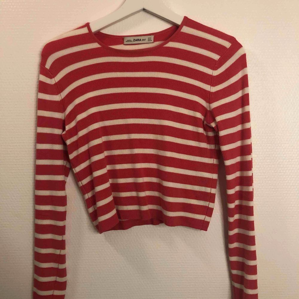 Croppad långärmad tröja ifrån Zara Superskönt material  Möts upp i centrala Uppsala annars tillkommer frakt. Skjortor.